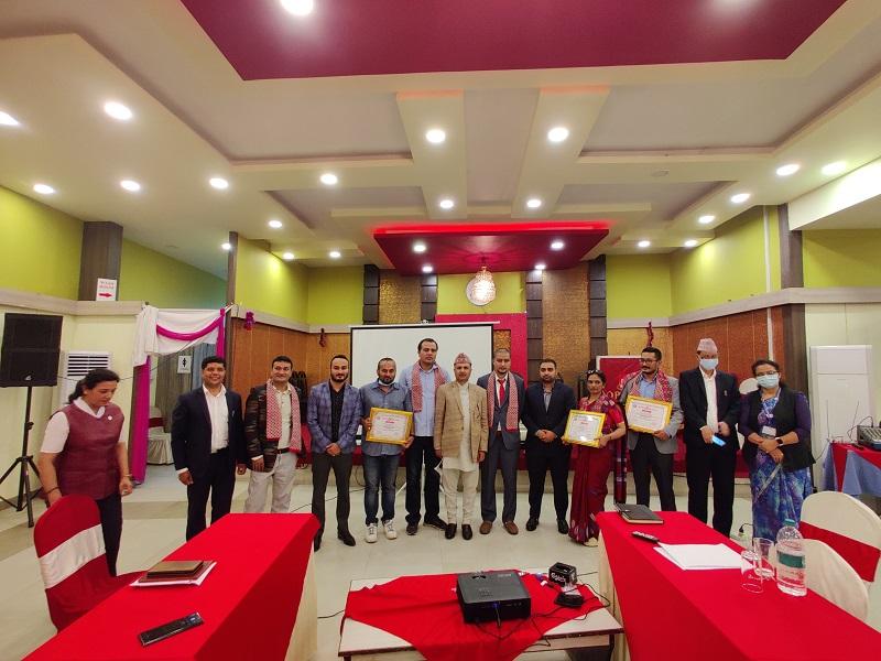 नवप्रवर्तनकारी उद्यमीहरुलाई उद्योग सचिव श्री  अर्जुन प्रसाद पोखरेल ज्यूले  Innovative Industry Award-2077 प्रदान गर्नुहुदैँ।
