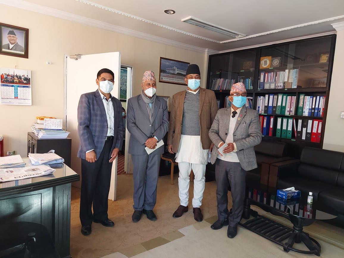 उद्योग वाणिज्य तथा आपूर्ति मन्त्रालयका सचिव श्री बैकुण्ठ अर्यालज्यूबाट नेपाल औषधी लिमिटेड र उदयपुर सिमेन्ट उद्योग लिमिटेडका महाप्रबन्धकहरुलाई नियुक्ति पत्र  हस्तान्तरण गर्दै।